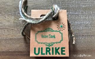Anleitung Kleines Dankeschön Flaschenanhänger Box Sizzix stempeln rundkariert Geschenkbox Rückseite