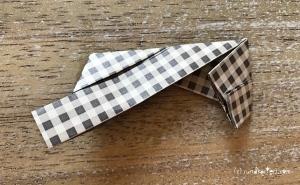Weihnachtlicher Türkranz Anleitung diy basteln Origami Kranz falten Art rundkariert Element 10