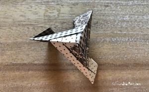 Weihnachtlicher Türkranz Anleitung diy basteln Origami Kranz falten Art rundkariert Element 15 ecke würfel
