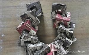 Weihnachtlicher Türkranz Anleitung diy basteln Origami Kranz falten Art rundkariert Element Würfel ineinanderstecken