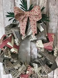 Weihnachtlicher Türkranz Anleitung diy basteln Origami Kranz falten Art rundkariert mit Schleife und Tannenzweig
