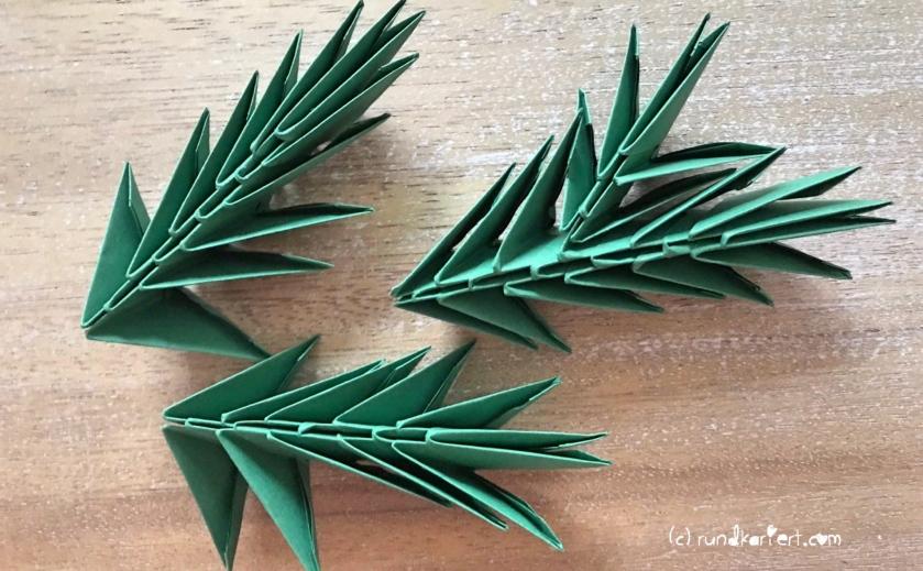 Weihnachtlicher Türkranz Anleitung diy basteln Origami Kranz falten Art rundkariert Tannengrün falten 11