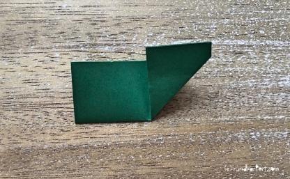 Weihnachtlicher Türkranz Anleitung diy basteln Origami Kranz falten Art rundkariert Tannengrün falten 3