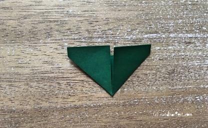 Weihnachtlicher Türkranz Anleitung diy basteln Origami Kranz falten Art rundkariert Tannengrün falten 4