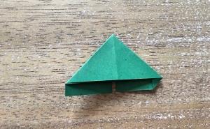 Weihnachtlicher Türkranz Anleitung diy basteln Origami Kranz falten Art rundkariert Tannengrün falten 5