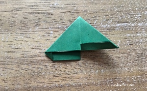 Weihnachtlicher Türkranz Anleitung diy basteln Origami Kranz falten Art rundkariert Tannengrün falten 6