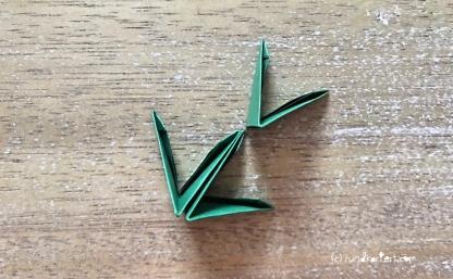 Weihnachtlicher Türkranz Anleitung diy basteln Origami Kranz falten Art rundkariert Tannengrün falten 8