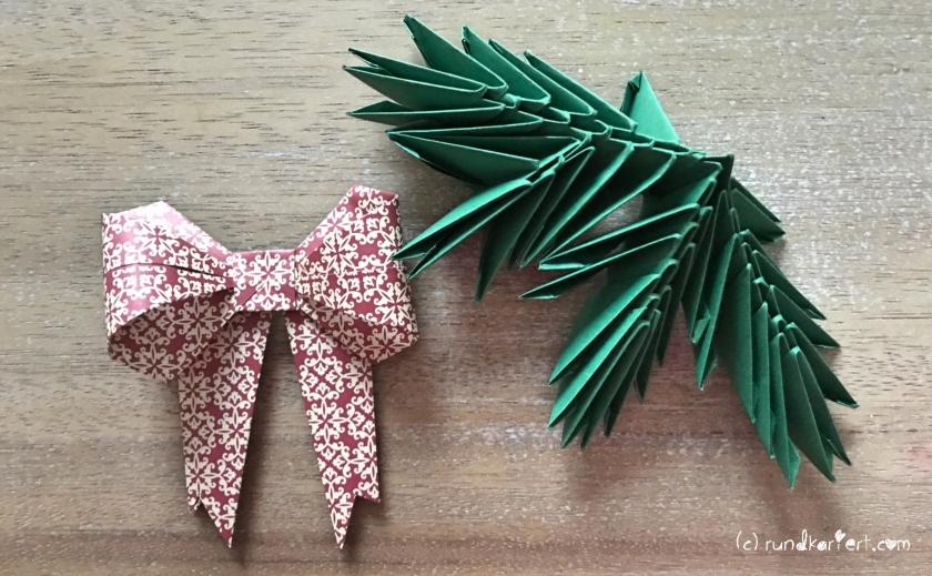 Weihnachtlicher Türkranz Anleitung diy basteln Origami Kranz falten Art rundkariert Tannengrün falten Tannenzweig und Schleife