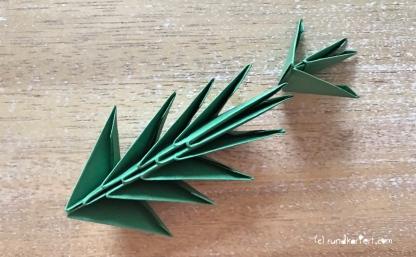 Weihnachtlicher Türkranz Anleitung diy basteln Origami Kranz falten Art rundkariert Tannengrün falten Tannenzweig