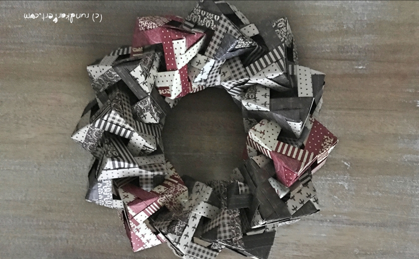 Weihnachtlicher Türkranz Anleitung diy basteln Origami Kranz falten Art rundkariert Würfelkranz