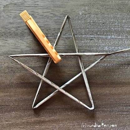 Adventskalender Türchen Nr. 4 Zeitungspapierröllchen Anleitung Stern Weihnachten rundkariert stern